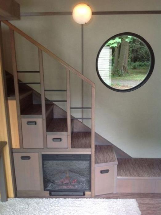 Крохотный камин под лестницей.