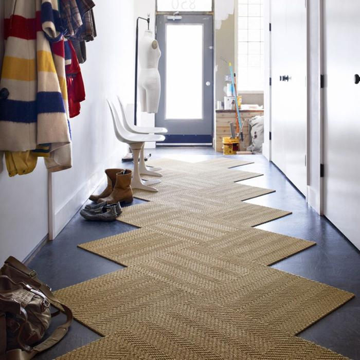 Дорожка в прихожей надежно защити квартиру от грязи.