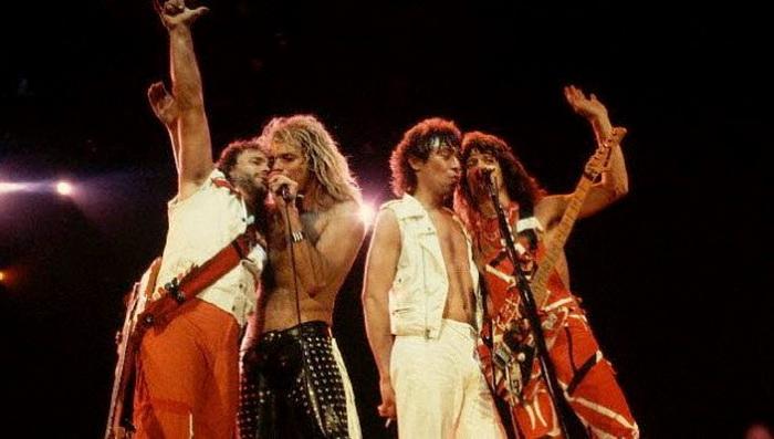 Группа Van Halen потребовала, чтобы в гримерке перед концертом были драже всех цветов, кроме коричневого.