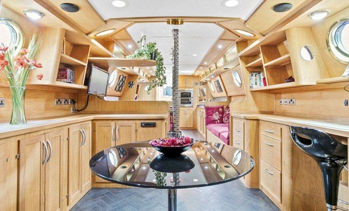 На лодке есть кухня, зал и рабочий уголок.