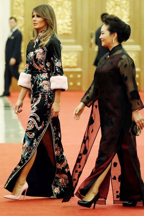 Меховые манжеты и смелый боковой разрез - стильные акценты для традиционного китайского платья.