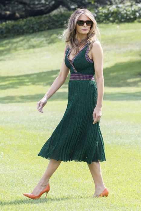 Зеленое плиссированное платье Меланби Трамп.