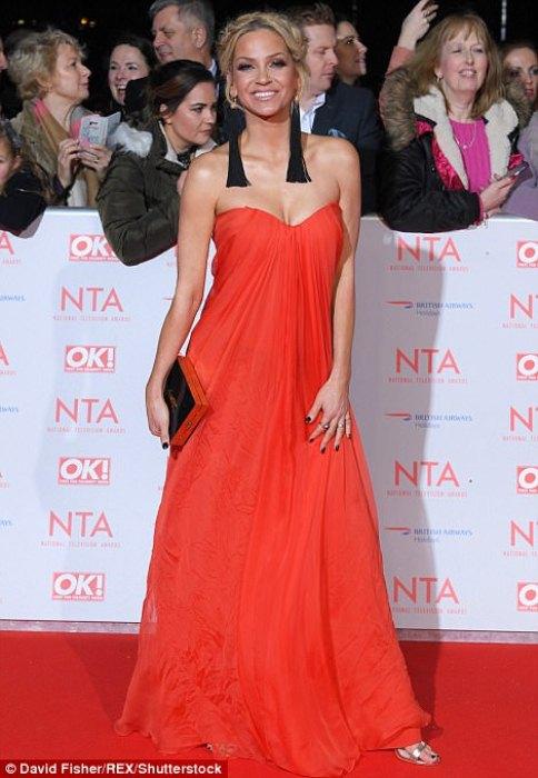 Сара Хардинг в красном мешковатом платье на красной дорожке.