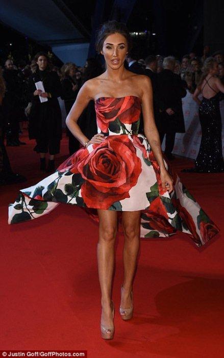Меган Маккена в платье с розами.