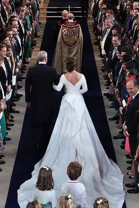 Свадебное платье принцессы Евгении с длинным шлейфом и открытой спиной.