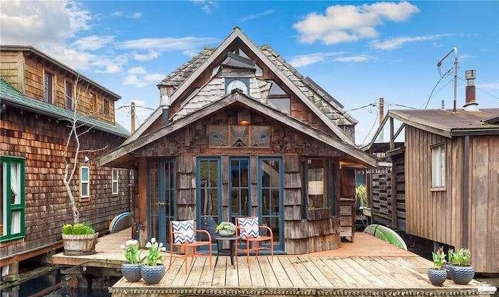 Дом ничем не примечателен внешне.