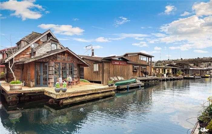 Деревянные дома на воде.