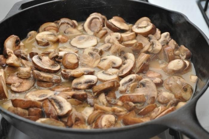 Обжарьте грибы с луком на топленом масле.