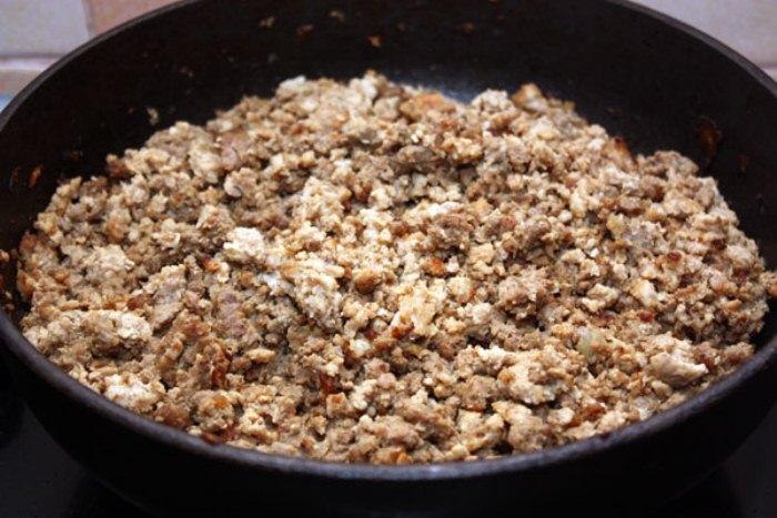 Фарш обжарьте на сковородке, затем смешайте с грибами.