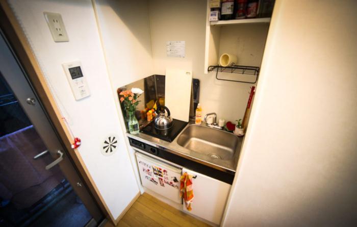 В кухне есть только раковина и варочная поверхность на одну конфорку.