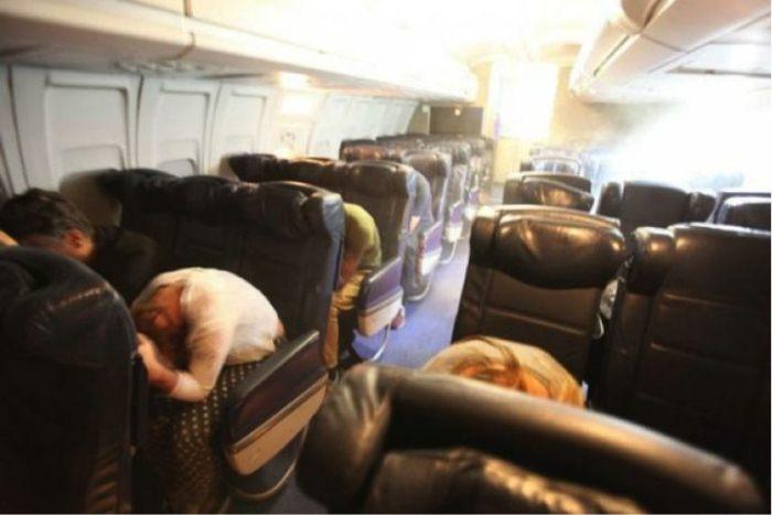 Для чего пассажиров просят наклонить голову к коленям в случае аварийной посадки.