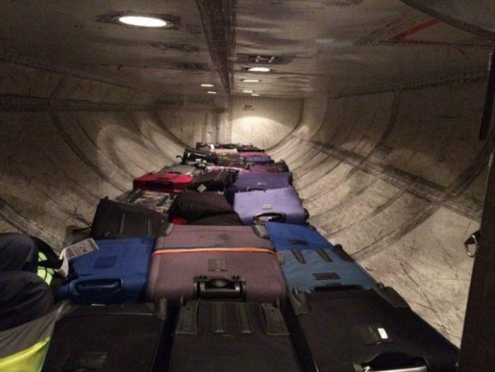 Самолету не грозит перегрузка из-за тяжелых чемоданов.