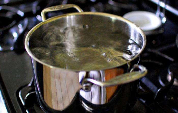 Кипящая вода необходима для приготовления раствора.