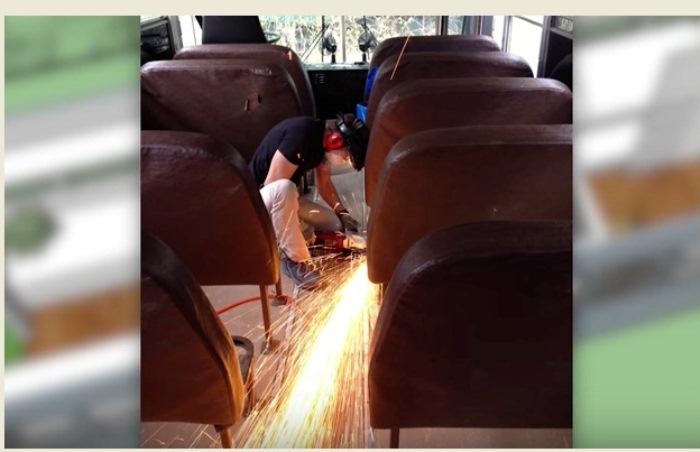 Школьный автобус семья перестроила своими руками.