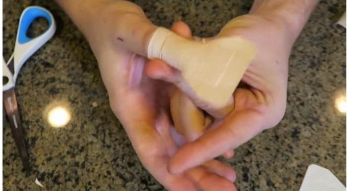 Вначале приклеиваем одну половину пластыря, затем перегибаем через палец и приклеиваем вторую.