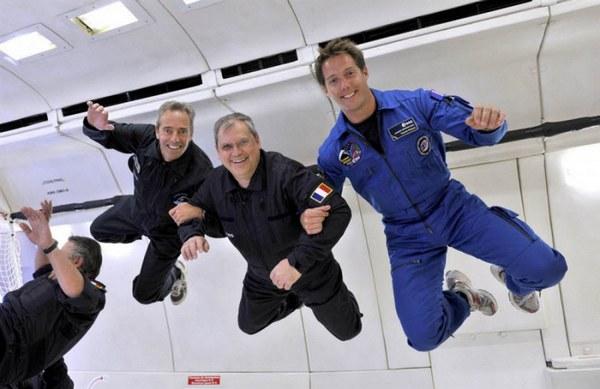 Космонавты в состоянии невесомости.