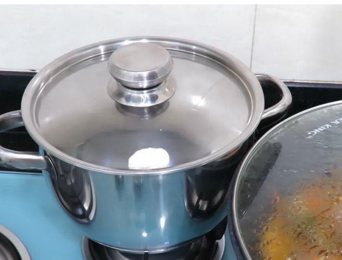 Рис готовится в кастрюле, у которой закрыты отверстия на крыщке.
