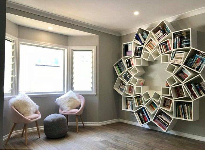 Книжная полка украсила интерьер комнаты.