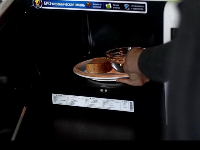 В микроволновку нужно поместить хлеб и небольшую емкость с водой.