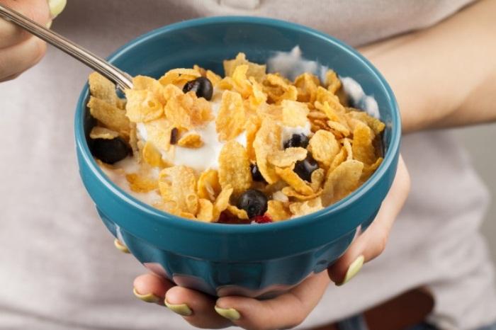 Кукурузные хлопья на завтрак провоцируют набор массы тела.