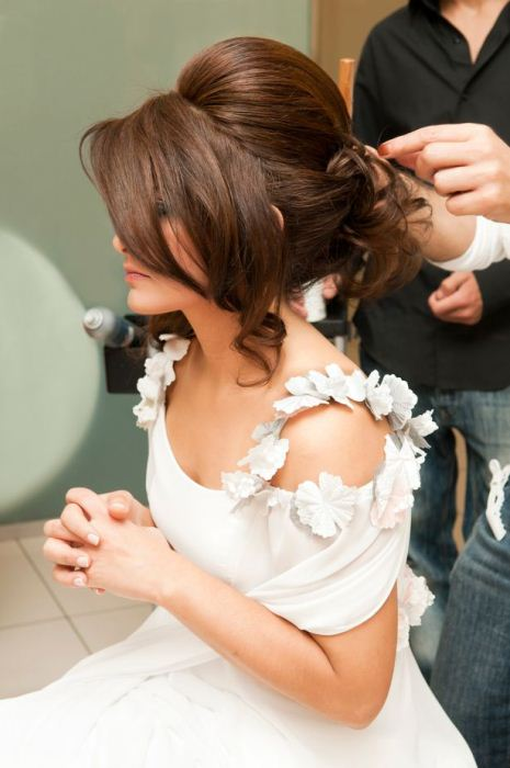 У невесты есть 10-15 свободных минут, чтобы обрезать волосы.