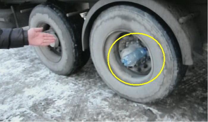 Зачем дальнобойщики вставляют пустые бутылки в колеса прицепа фуры.
