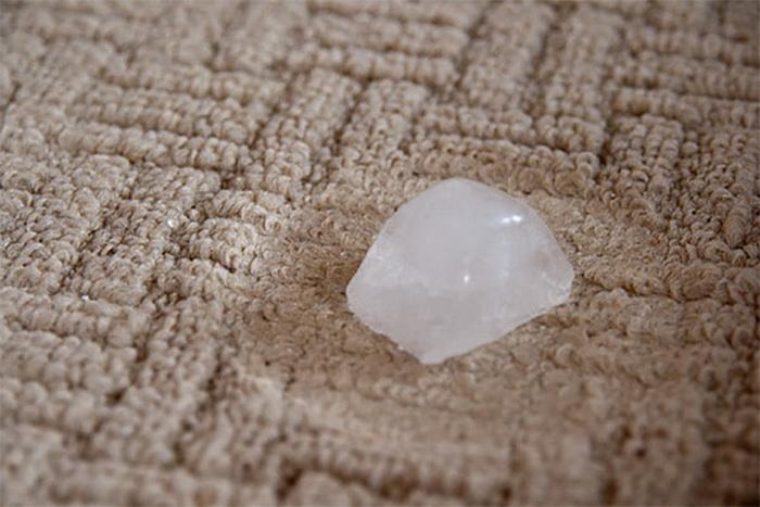 Лед должен намочить примятый ворс коврового покрытия.