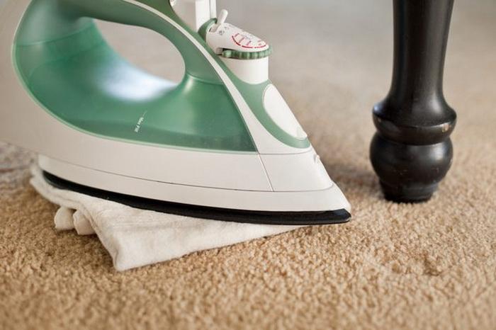 Утюг и влажное кухонное полотенце тоже помогут справиться с проблемой.