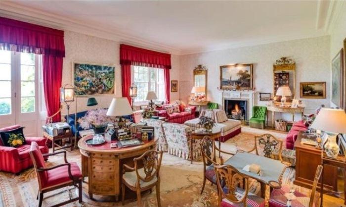Уютная гостиная с несколькими столиками.