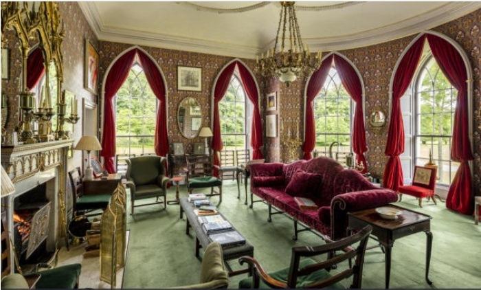 Уютная гостиная с панорамными окнами.