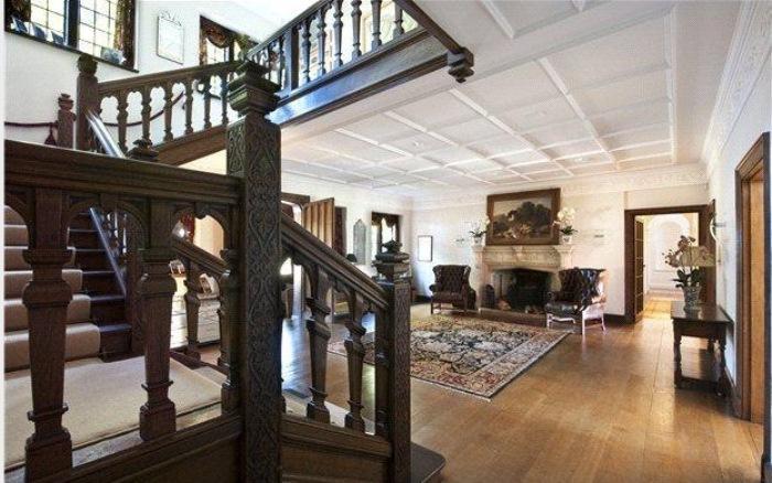 Массивные деревянные лестницы ведут на второй этаж.