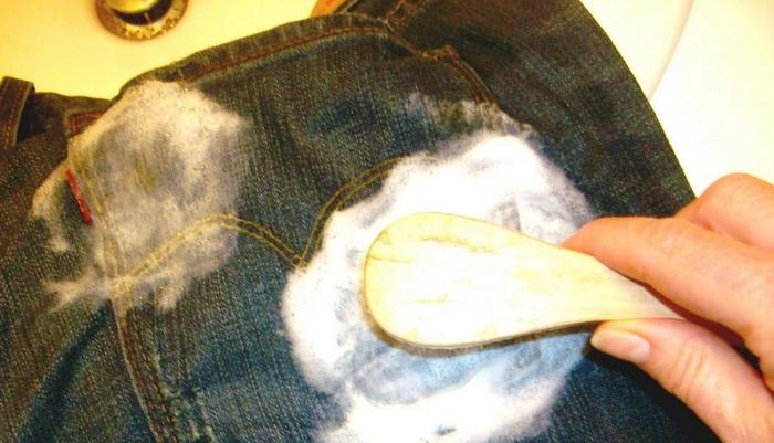 Мел поможет избавиться от жирного пятна на одежде.