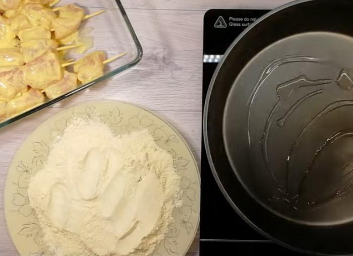 Кукурузная мука шашлычки и сковорода с маслом.