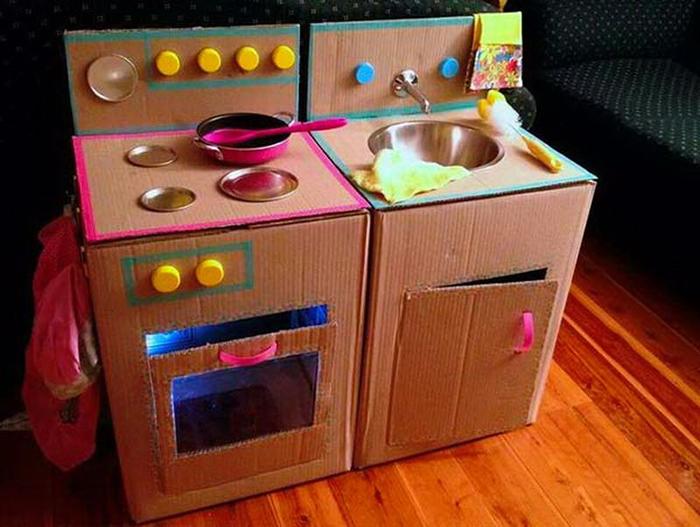 Картонную коробку можно превратить в игрушечную кухню.