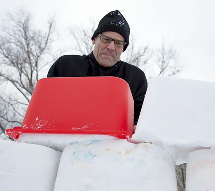Пластмассовый таз - отличная форма для производства снежных *кирпичей*.