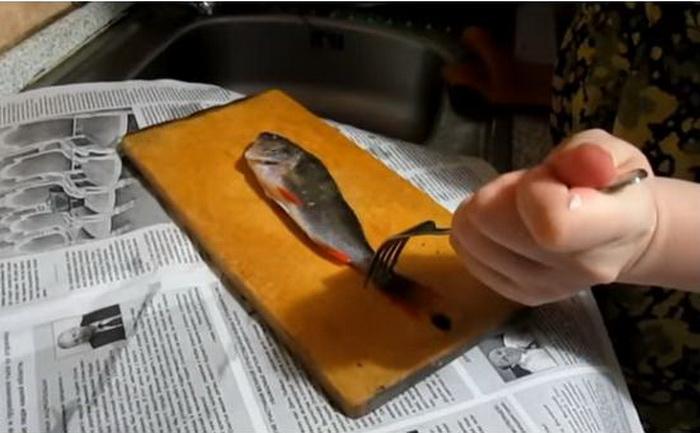 Чтобы мелкая рыбешка не скользила, ее можно зафиксировать вилкой.