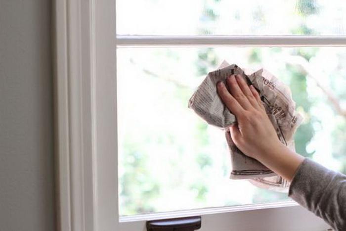 Не вытирайте стекло газетой. /Фото: hochu.ua