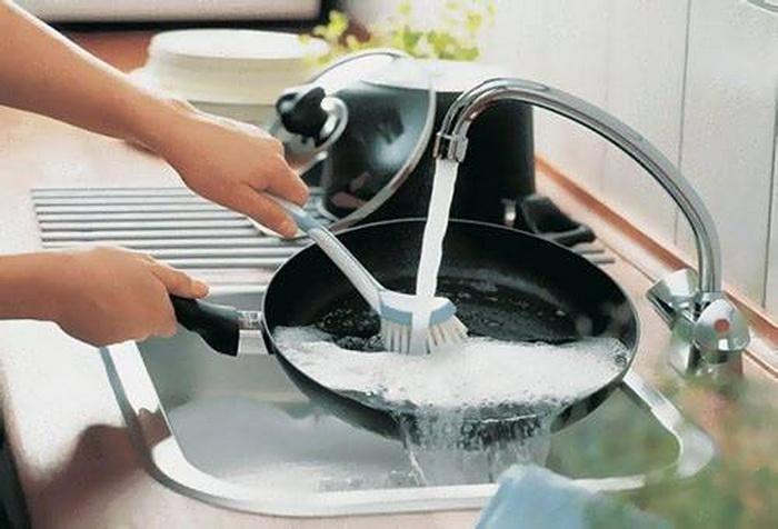 Мойте антипригарную посуду руками. /Фото: mschistota.ru