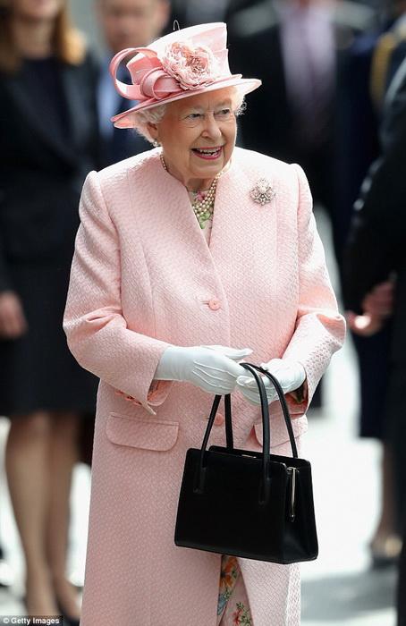 Королева Елизавета всегда появляется на публике с сумочкой.