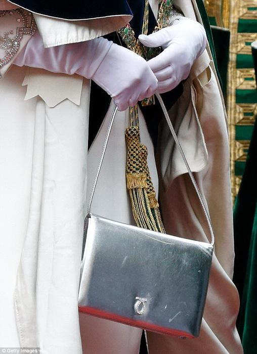 Если королева перекладывает сумочку из одной руки в другую, это дурной знак.