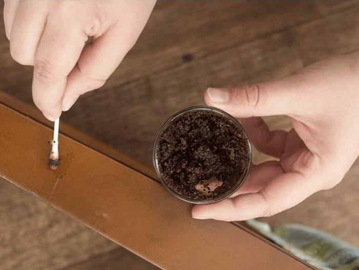 При помощи кофе можно закрасить царапины на мебели.