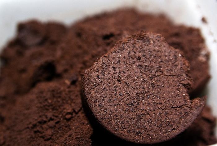 Кофе можно удобрять землю в горшках комнатных растений.