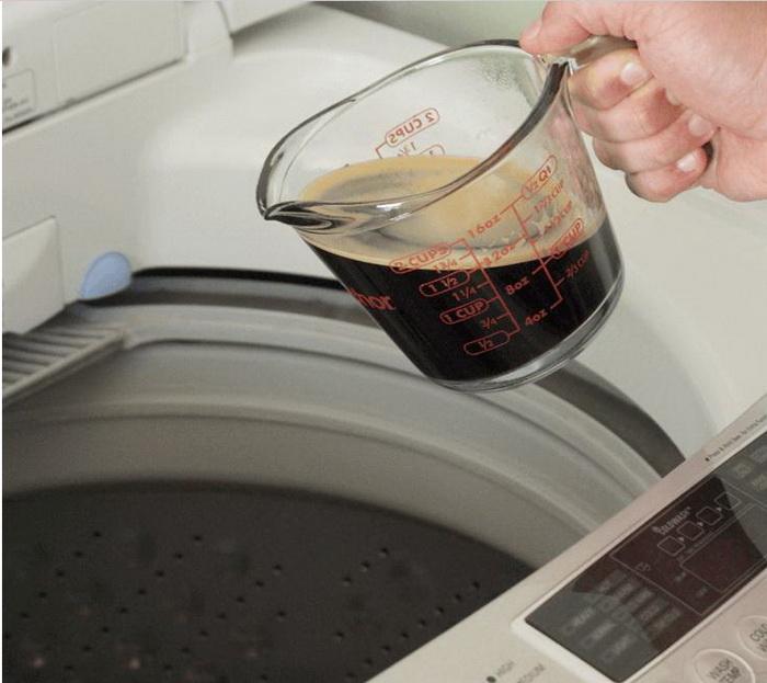 С кофе можно стирать темные вещи, чтобы они не теряли цвет.