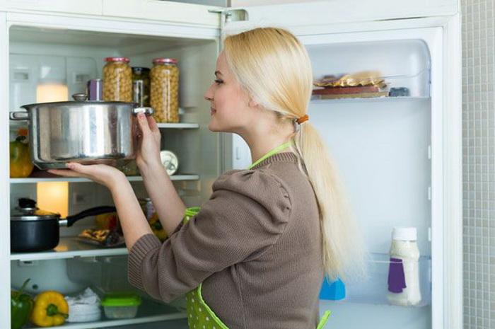 Продукты можно убирать в холодильник теплыми. |Фото: aif.ru