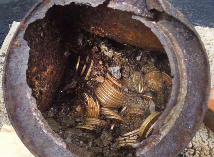 Монеты пересыпаны землей.