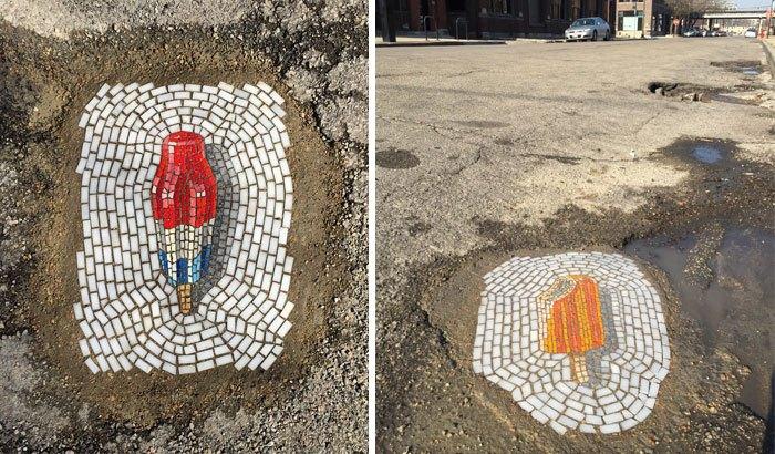 Мозаики в ямах на дорожном полотне в Чикаго.
