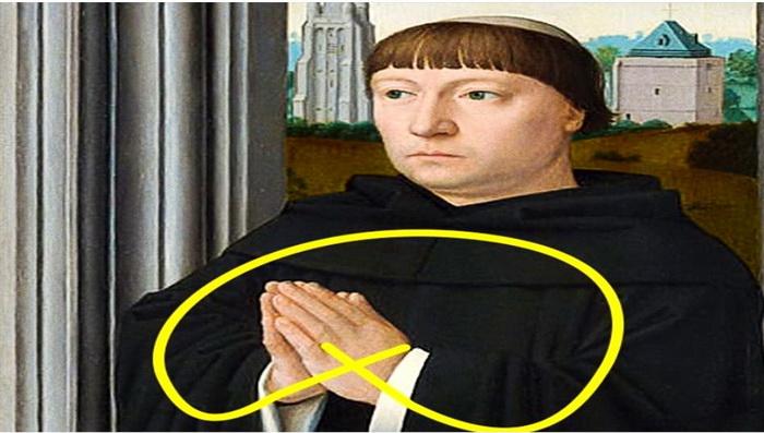 Руки сложены в молитве.