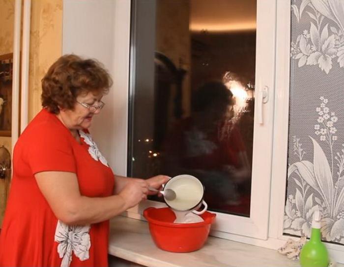 Чтобы приклеить тюль на окно, его нужно вначале пропитать крахмалом.