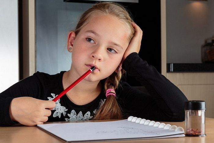 Школьников нужно отучать от вредной привычки.