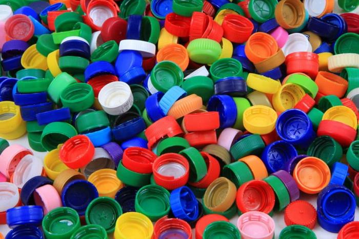 О пластиковую крышечку тоже можно сломать зуб.